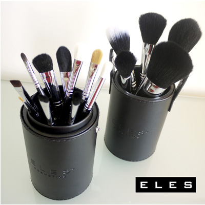 15-PIECE MAKEUP BRUSH SET AND HOLDER